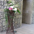support-en-osier-avec decoration-florale